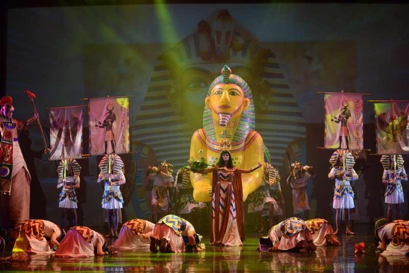 紙風車劇團巫婆系列全新創作《巫頂看世界》,12月8日在台北城市舞台首演後大獲好評,宣布將於12月22日晚間在台中加演一場,並於本周三開放售票。(紙風車劇團提供)