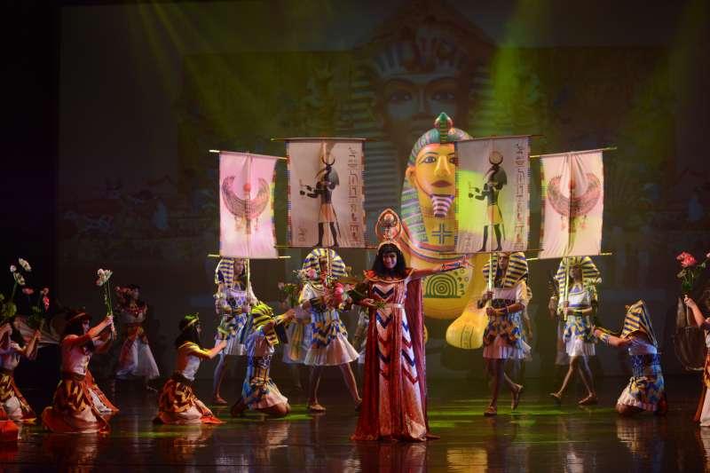 紙風車劇團5日宣布,由於場地租借問題,取消8月10、11日在台中的2場演出;圖為該劇團作品《巫頂看世界》。(資料照,紙風車劇團提供)