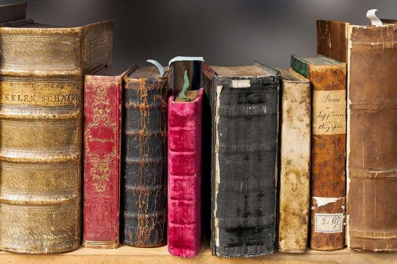 在科技化的時代裡,以書療癒身心的人已然少見,連客人在二手書店裡穿梭的畫面也幾乎快看不見了。(圖/Gellinger@Pixabay)