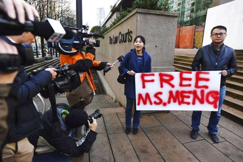 2018年12月10日,有華人在華為副董事長孟晚舟的保釋聽證會上,舉著「釋放孟女士」的標語。(AP)