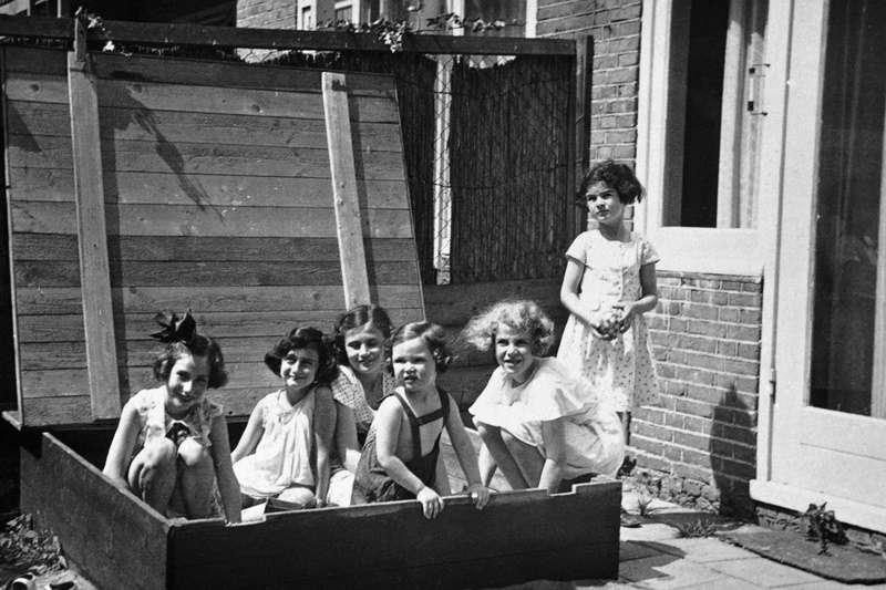 安妮、漢娜莉和其他朋友在鄰居家玩。漢娜莉是左一、安妮是左二(1937年)。(圖/婦女救援基金會)