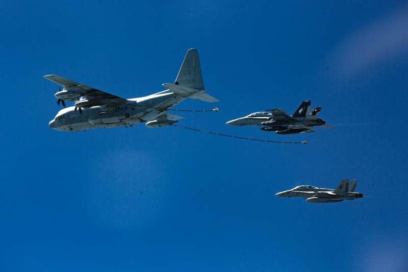 駐日美軍陸戰隊墜海意外:KC-130空中加油機與F/A-18「大黃蜂」戰機。(AP)