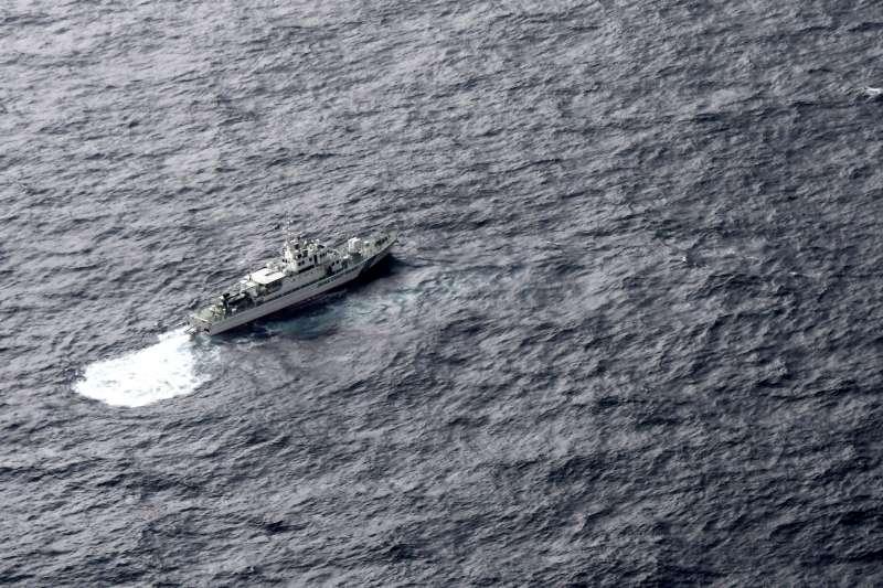 日本海上保安廳海巡船正在搜索意外墜海的駐日美軍陸戰隊。(AP)
