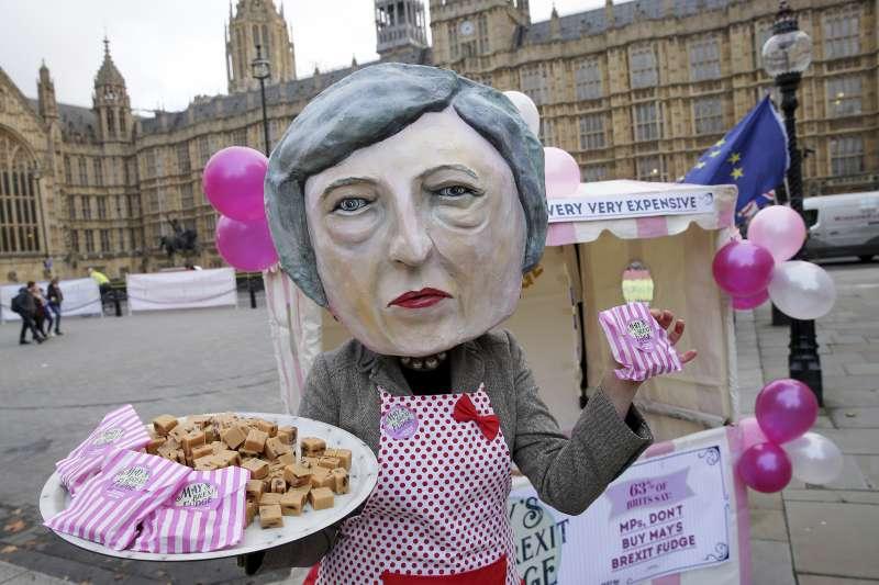脫歐、留歐,英國面臨十字路口,反脫歐民眾妝扮成梅伊嘲諷她(AP)