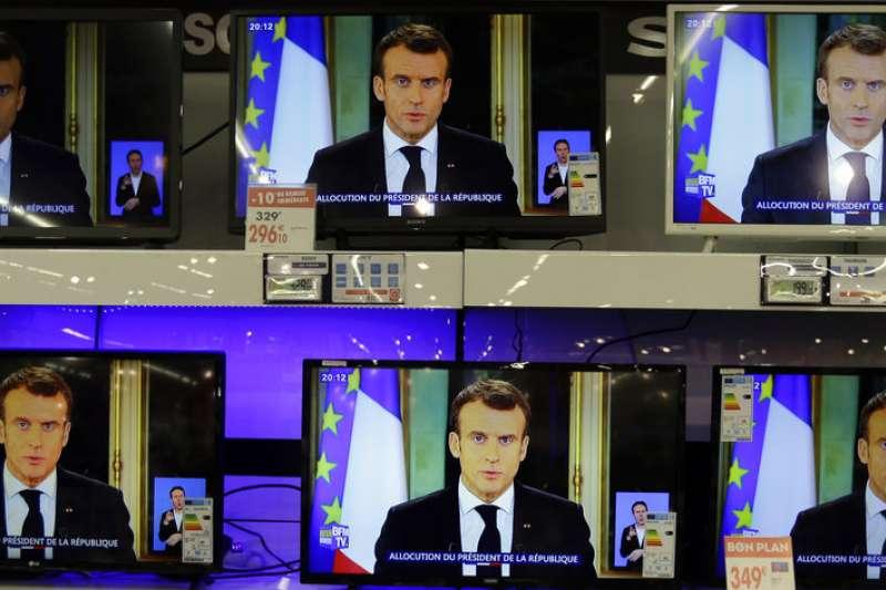 法國總統馬克宏10日晚間發表電視演說,宣布提高最低工資。(美聯社)