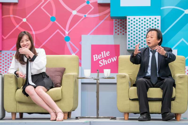 準高雄市長韓國瑜大女兒韓冰(左)和議員王世堅(右)同台,暢談高雄願景。(TVBS提供)
