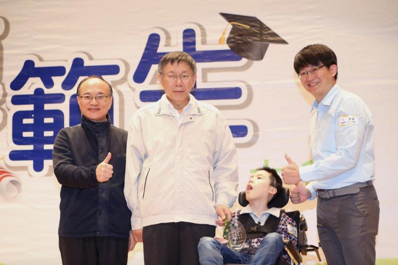 台北市長柯文哲10日出席107年台北市公私立國民小學第一學期模範生表揚大會,頒發獎座給155位模範生代表。(台北市政府提供)