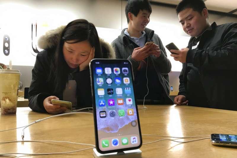 2018年12月10日,美國晶片大廠控告蘋果公司侵犯專利,中國法院裁定部分iPhone機種在中國境內禁售。(AP)
