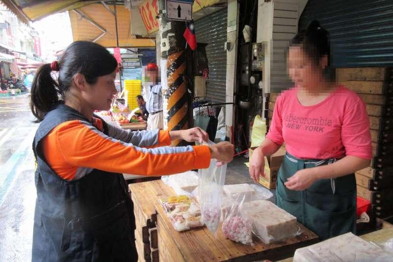 冬至將屆,新北市衛生局派員(左)至傳統公有市場抽驗冬至應景食材為民眾健康把關。(圖/新北市衛生局提供)