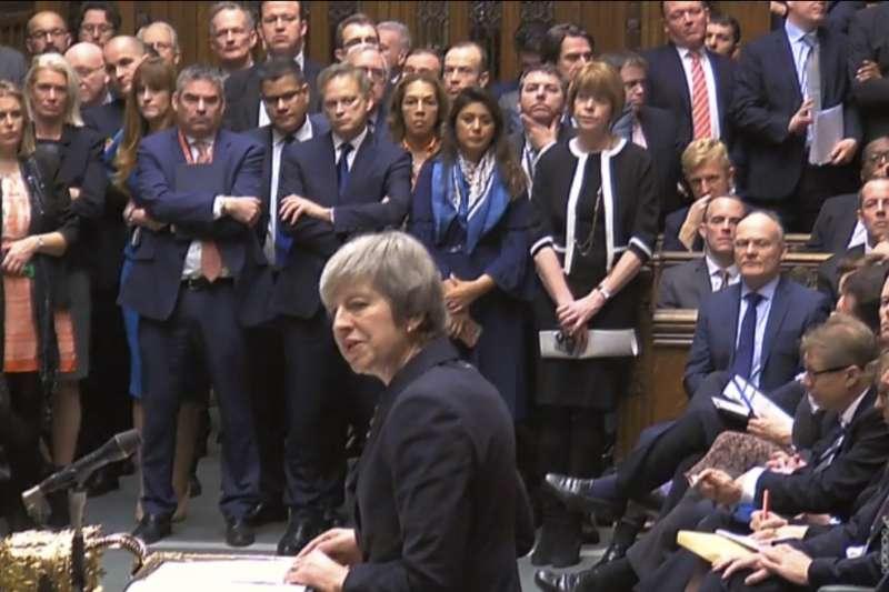 英國脫歐協議原訂11日在英國國會下議院表決,但該協議引起強烈反彈,首相文翠珊眼看過關無望,10日緊急宣布延後表決,並對議員發表演說。(美聯社)