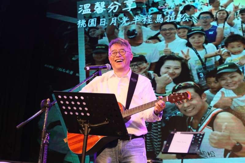 日月光財務長董宏思擔任樂團主唱10年,每周六練唱3個小時,每年慈善義演。(柯承惠攝)
