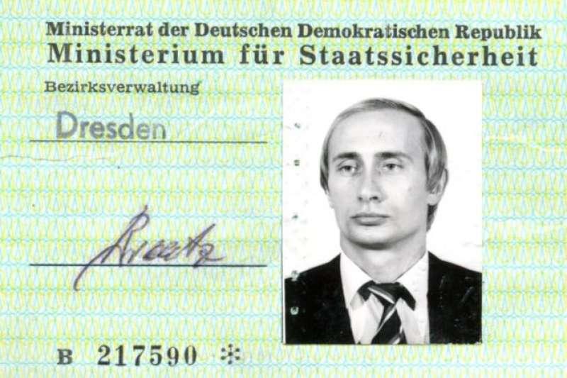 當普京收到這張東德國安部門證件時,他33歲。(BBC中文網)