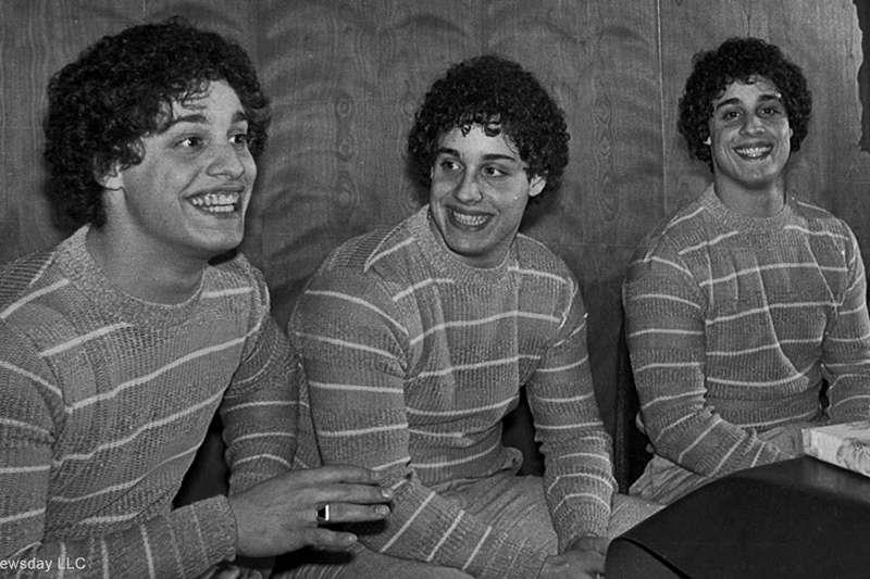 失散多年三胞胎竟在19年後奇蹟團聚。但是暖心的故事背後,卻有著殘酷的陰謀,原來他們不過是滿足科學家實驗的白老鼠......(圖/取自imdb)
