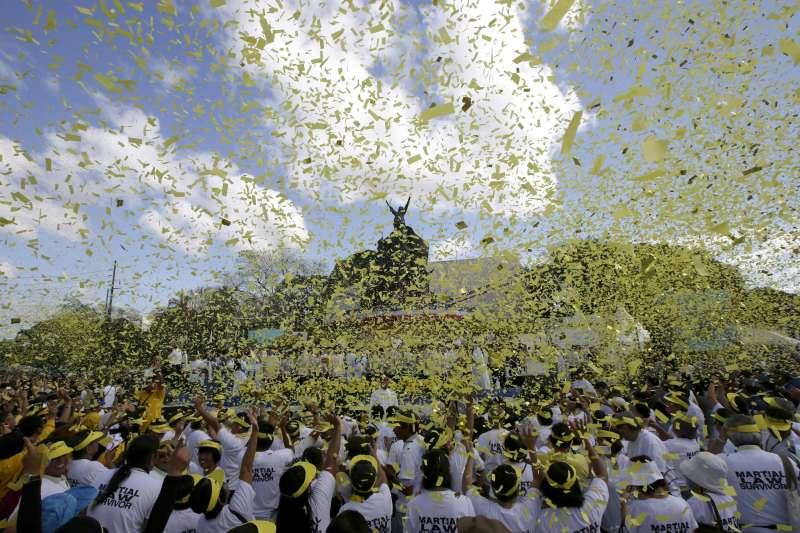 2013年2月,菲律賓民眾進行「人民力量革命」26周年紀念活動(AP)