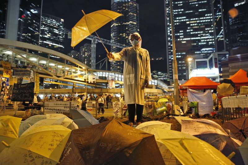 作者認為,香港政治低氣壓越見嚴重,「在本土民主運動處於低潮之時,要抵禦北京對香港一國兩制的侵蝕,國際社會的持續監察,顯得格外重要。」圖為2014年香港爭取真普選的引發的「雨傘革命」(資料照,AP)