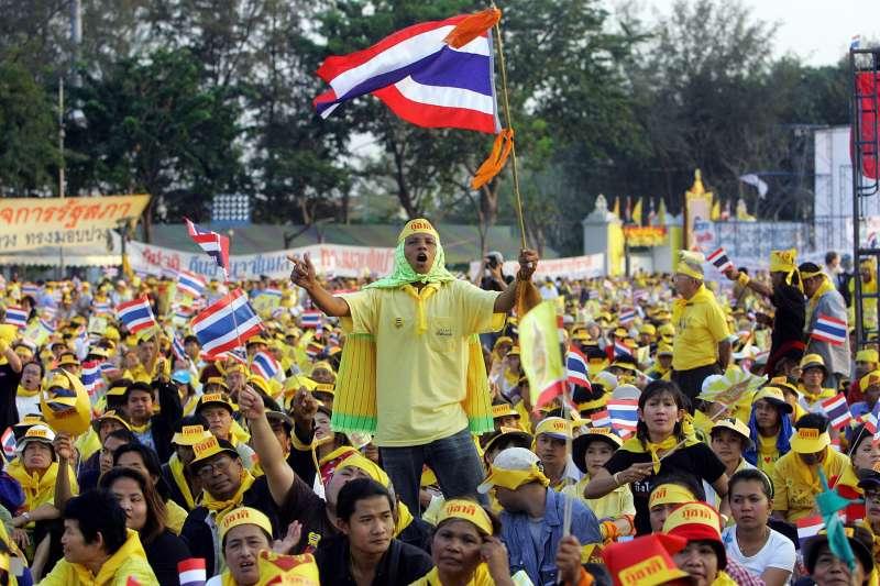 2006年泰國「紅衫軍與黃衫軍」(AP)