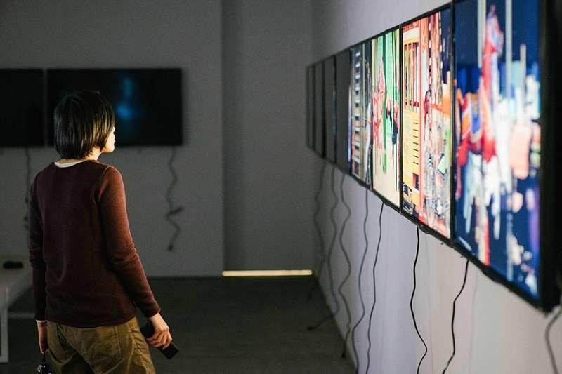 兼具兩種身分,張君懿將藝術家的感性,與策展實作中的理性相結合,創造獨有的創作型展覽風格。(圖/張君懿 提供,黃昱昇 攝影)