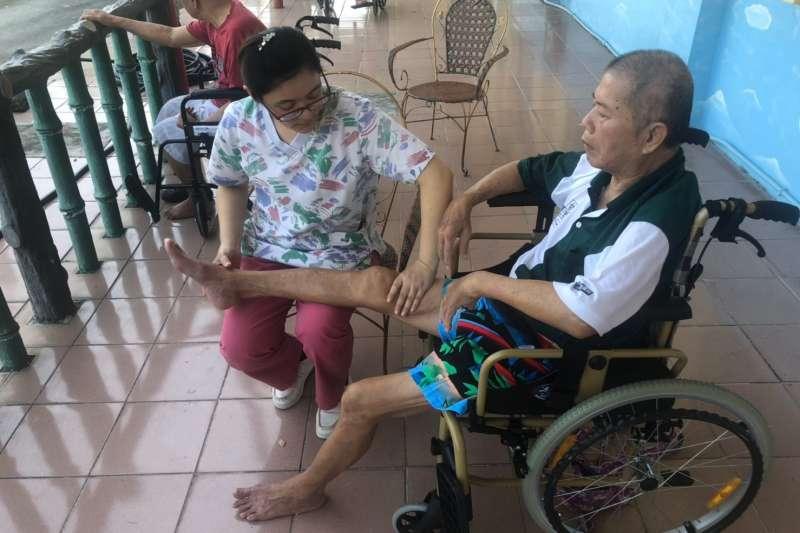 「一起創造雙贏」長輩與工作人員在共同的照顧理念下,一起進行復原訓練,並善用休閒時間,加強工作人員與長輩間的互動關係。(圖/屏東縣政府提供)