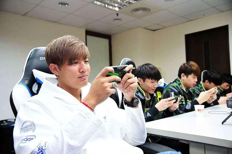 台灣旅韓職棒選手王維中,12日拜訪台灣職業電競隊伍ONE Team團練室,體驗電競選手的生活作息,並且來場真實對戰。(主辦單位提供)