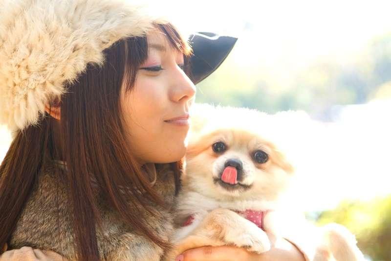 狗狗能帶給我們很多生命啟示。(示意圖非本文作者與狗/pakutaso)