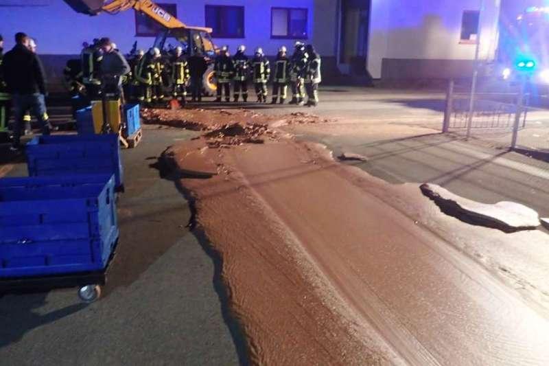 德國西部小鎮韋斯頓10日發生一噸的液態巧克力從工廠流上街頭的意外。(韋爾消防隊網頁feuerwehr-werl.de)
