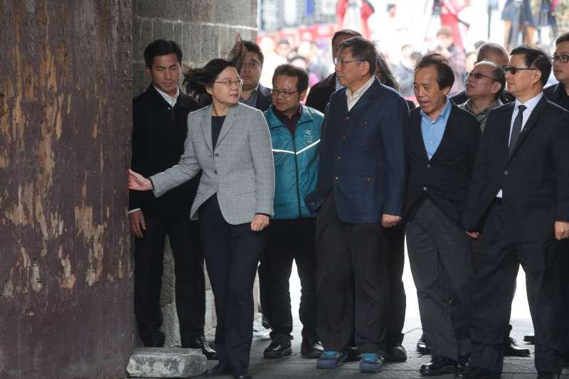 20181213-總統蔡英文、台北市長柯文哲13日一同視察北門廣場,並聽取西區門戶計畫簡報。(顏麟宇攝)