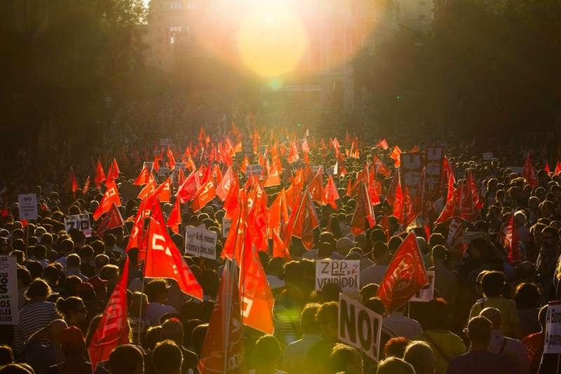 西班牙宣布於明年起大漲最低基本工資。圖為2010年時走上街頭反撙節的西班牙勞工。(AP)