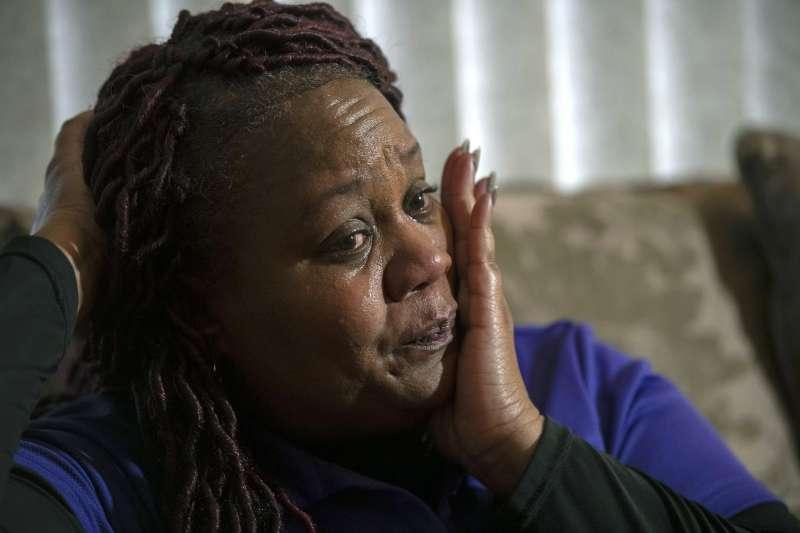 美國12歲小男孩克拉庫拉克打零工為病逝好友葛羅斯買下墓碑,圖為葛羅斯的母親。(AP)