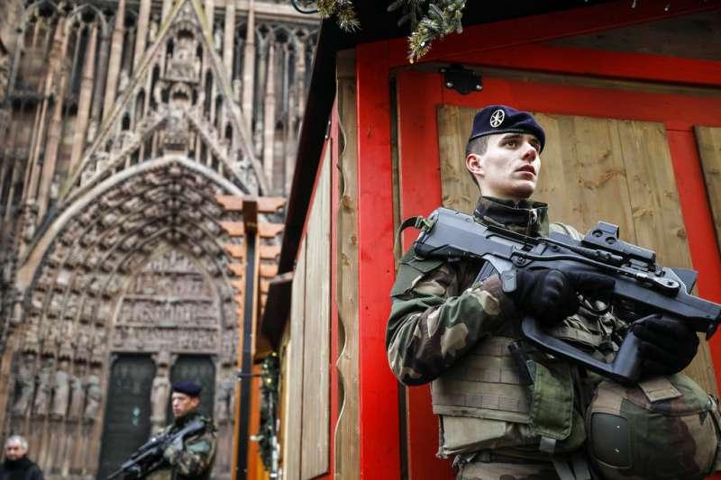 2018年12月12日,法國史特拉斯堡發生槍擊案後,當局加強維安戒備。(AP)