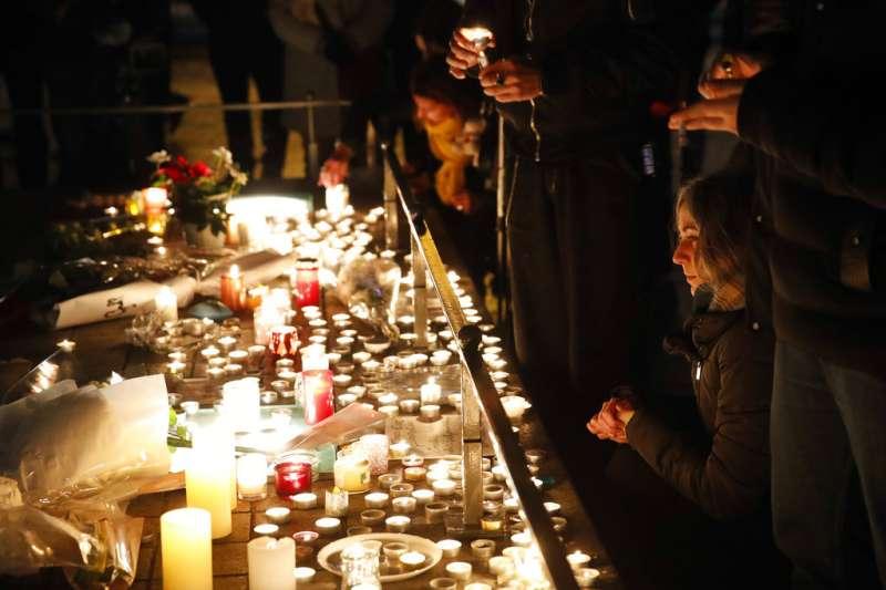 法國史特拉斯堡(Strasbourg)發生槍擊案,民眾前往案發地點哀悼。(AP)