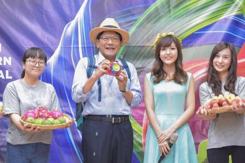 屏東縣政府特別邀請網紅黃小玫(右2)為明年台灣燈會創作宣傳音樂影片。(圖/屏東縣政府提供)