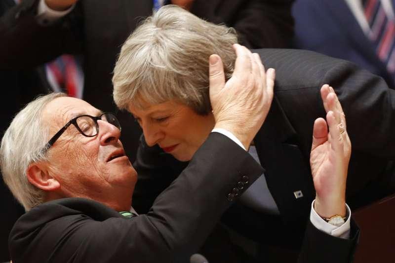 2018年12月13日歐盟成員國領導人峰會,歐盟執委會主席容克與英國首相梅伊交談。(AP)