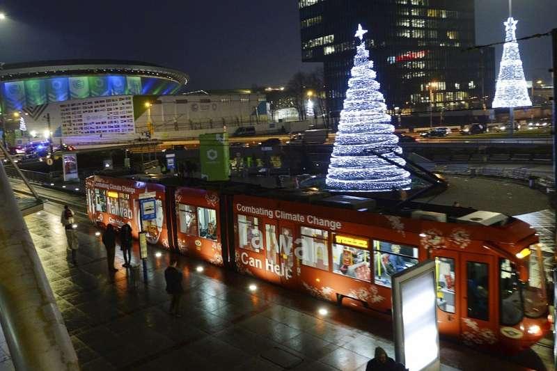 聯合國氣候會議3日起在波蘭卡多維斯(Katowice)舉行,會場外到處可見寫上「台灣可以幫忙」(Taiwan Can Help)字樣的電車。(AP)