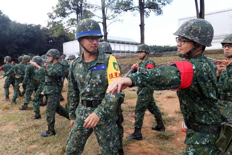 20181214-陸軍2225梯是一年期義務役最後一梯,該梯的葉紹庭服役期間在成功嶺擔任教育班長,指導新兵操作手榴彈投擲課程。(蘇仲泓攝)