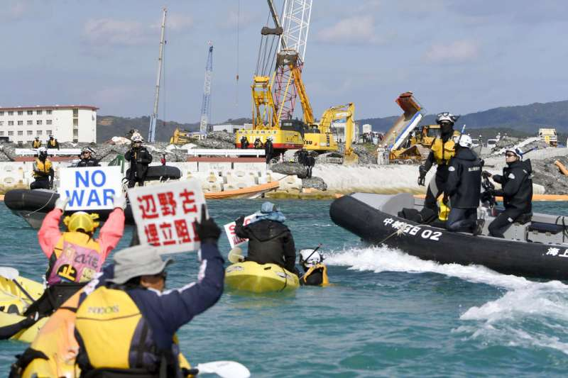日本政府為推進美軍普天間機場搬遷至沖繩縣名護市邊野古一事,啟動了向沿岸地區海中投入沙土的作業,引來當地民眾抗議。(美聯社)