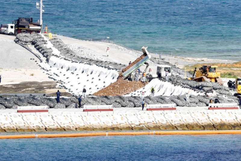 日本政府為推進美軍普天間機場搬遷至沖繩縣名護市邊野古一事,啟動了向沿岸地區海中投入沙土的作業。(美聯社)