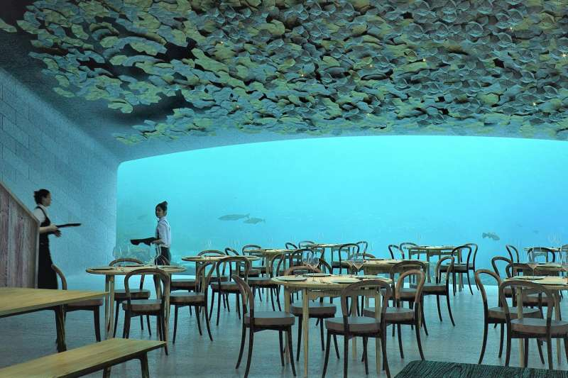 2019年4月將在挪威隆重登場的世界最大、歐洲第一座海底餐廳「UNDER」,將帶你深入冰冷險峻的北大西洋,UNDER不僅希望帶賓客潛入驚奇的海洋世界,同時也深入感官與知性的海。(圖/食力foodNEXT提供)