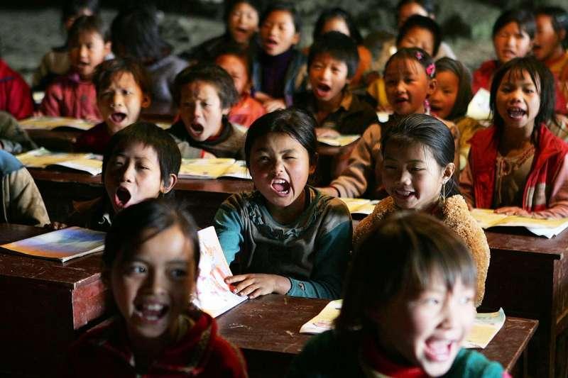 中國近年持續提高教育投資,但城市和偏遠鄉村教育水平仍相差甚遠。(圖/BBC中文網)