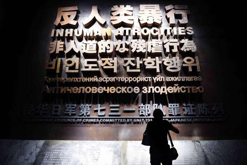 侵華日軍第七三一部隊罪證陳列館新館位於侵華日軍第七三一部隊遺址的東側,是一座矩形黑灰色館舍,被命名為「黑盒」,它向世界真實地還原侵華日軍進行人體實驗和細菌戰的反人類罪行。(新華社)