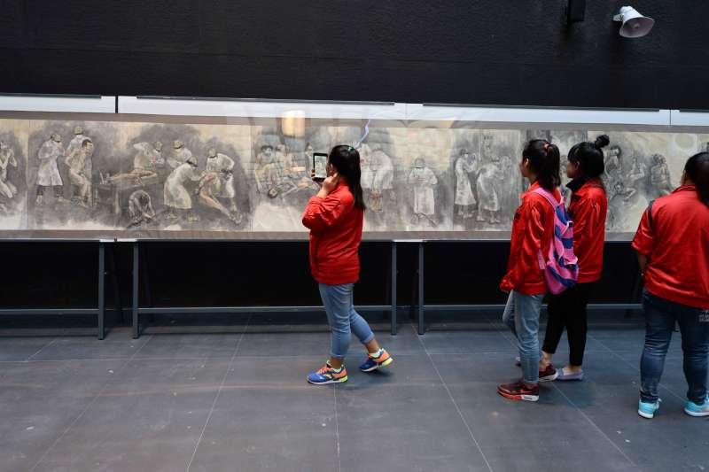 揭露日本軍國主義反人類法西斯暴行的紀實國畫《白衣惡魔施暴圖》在侵華日軍第七三一部隊罪證陳列館展出。(新華社)