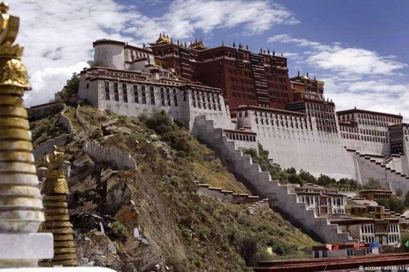 美國參議院周二通過了《西藏旅行對等法案》。依照這一法案,禁止美國公民、政府官員以及記者進入西藏的中國官員將不能獲得美國簽證。(德國之聲)