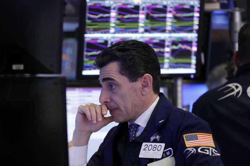 投資人擔心全球成長趨緩,美股14日3大指數同步重挫約2%,嬌生股價狂瀉10%。圖為資料照(AP)