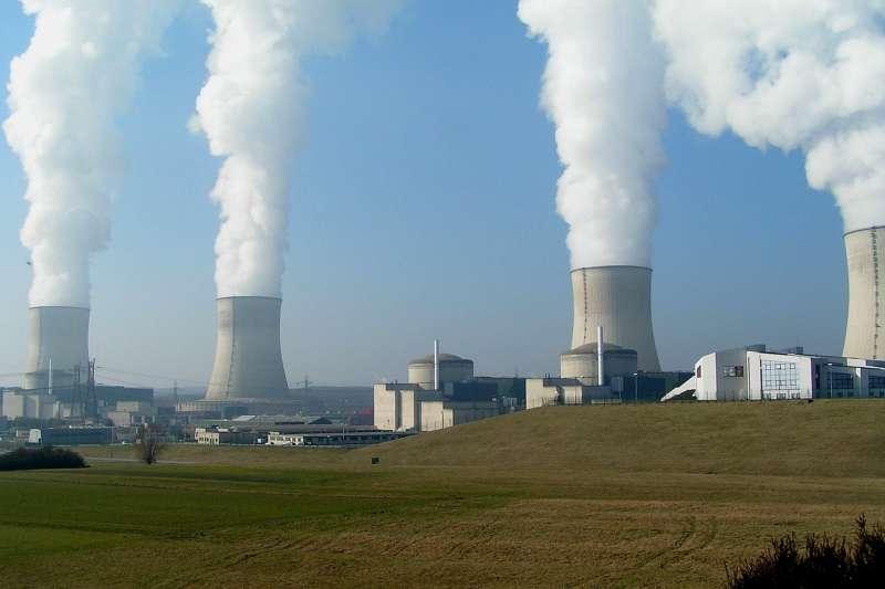 目前全球共有31個核電國家、413座運轉中的核反應爐,但尚未興建完成任何一座高階核廢最終處置場。圖為法國卡特農核電站。(取自維基百科/CC BY-SA 3.0)