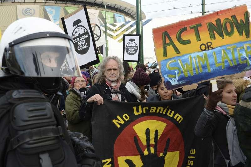 2018年12月8日,示威者高舉著「現在就行動,不然等著游泳」的標語,在波蘭COP24會議場呼籲各國領袖重視全球暖化問題。(AP)