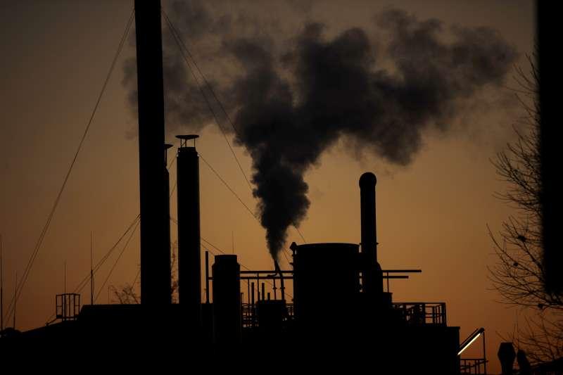 2018年12月14日,義大利米蘭一座冒著黑煙的工廠。(AP)
