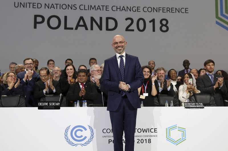 2018年12月15日,波蘭COP24會議就《巴黎協定》實行規則達成協議,談判大會主席、波蘭環保部副部長柯提卡十分興奮。(AP)