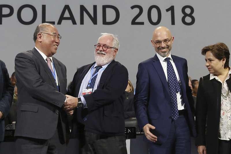 2018年12月的波蘭氣候峰會達成重大協議,各國代表相互慶祝(AP)