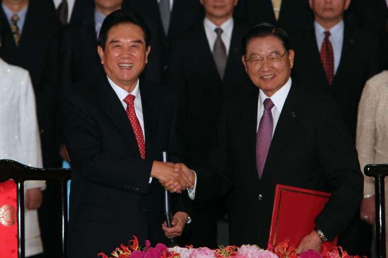 2012年8月9日第八次江陳會談在台北召開,海協會長陳雲林(左)、海基會董事長江丙坤(右)代表簽署。(AP)