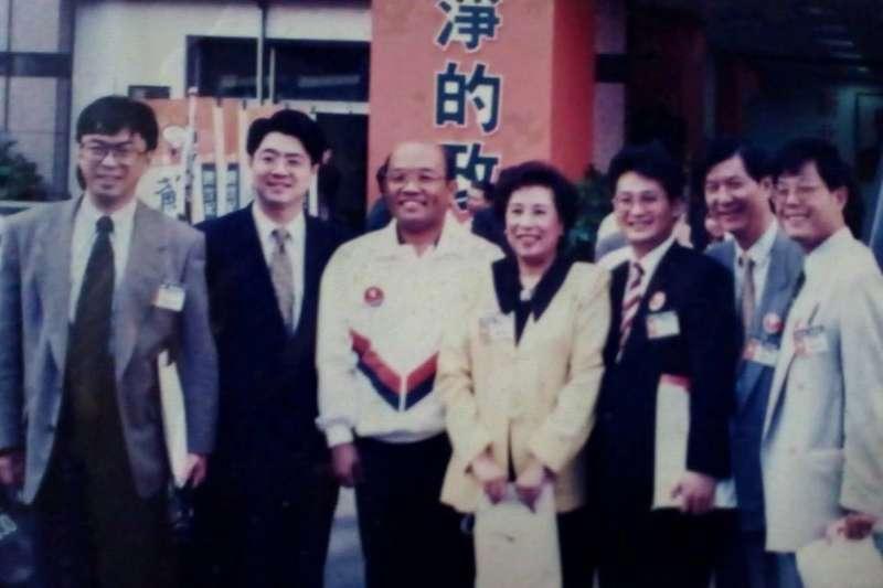 段宜康(左一)在臉書上PO出和卓榮泰(左二)等人21年前的合照(段宜康臉書)