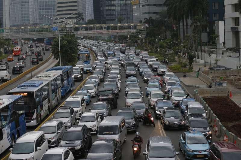 地球、氣候與污染,印尼首都雅加達的道路交通(AP)